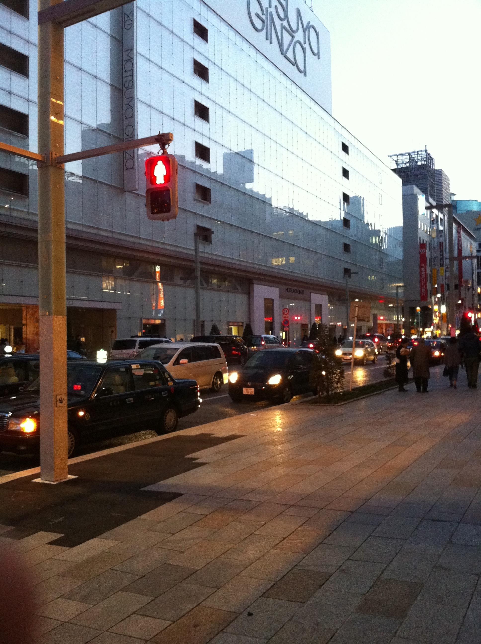 震災後、節電など自主規制ムードの街並み(東京都中央区銀座)
