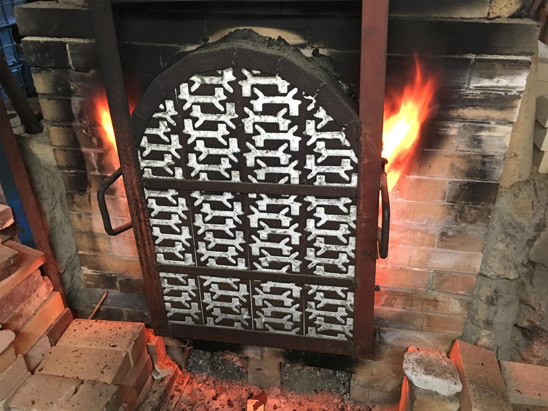 扉から噴き出る炎