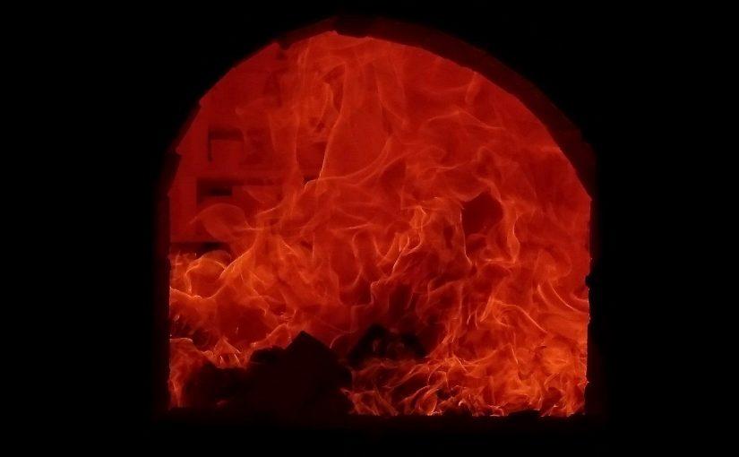 窯の中で火に焼かれる陶器の様子