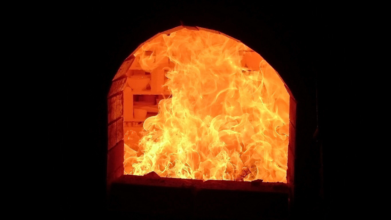 窯の中の火と陶器