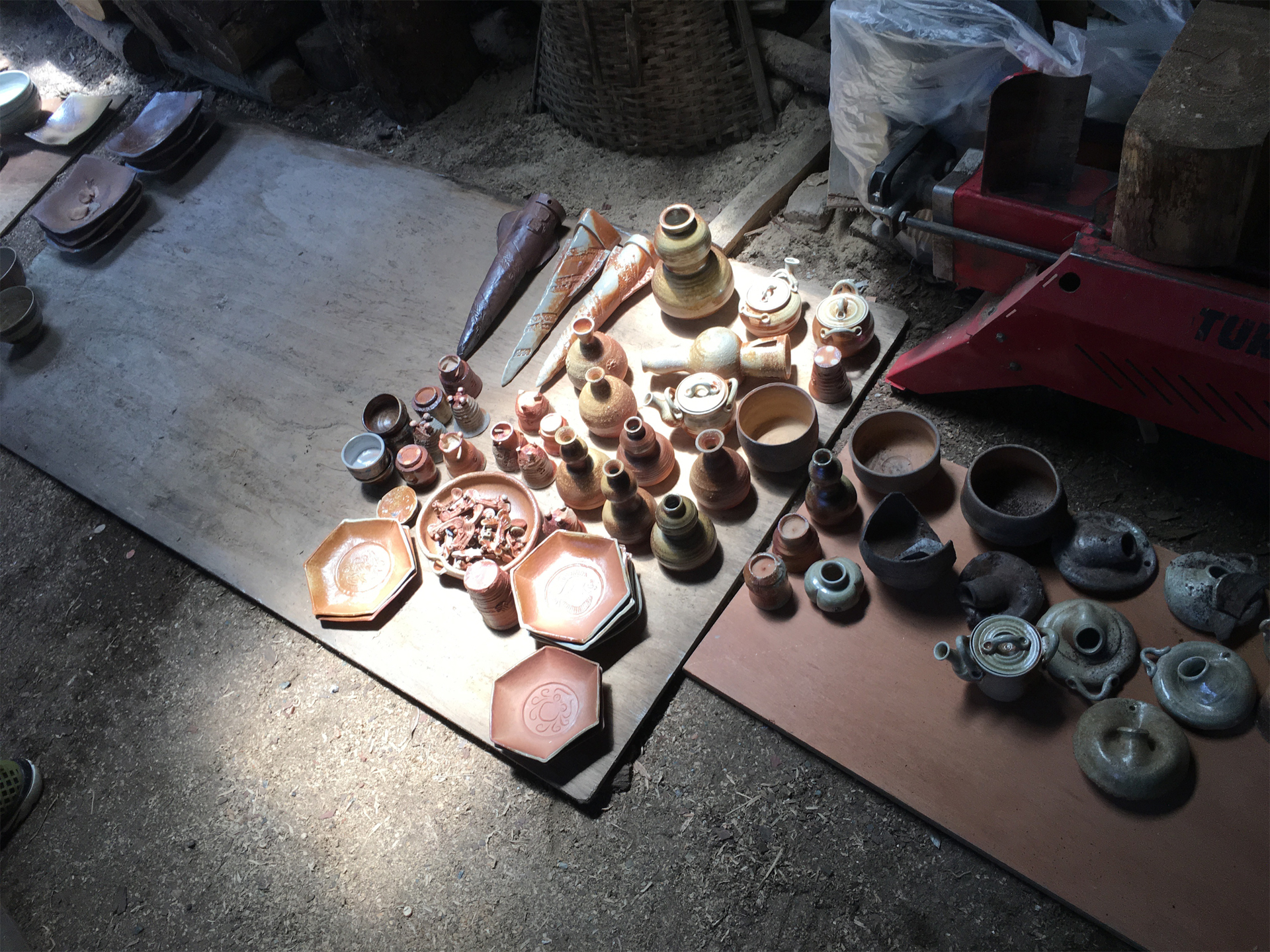 窯出し中の陶器類