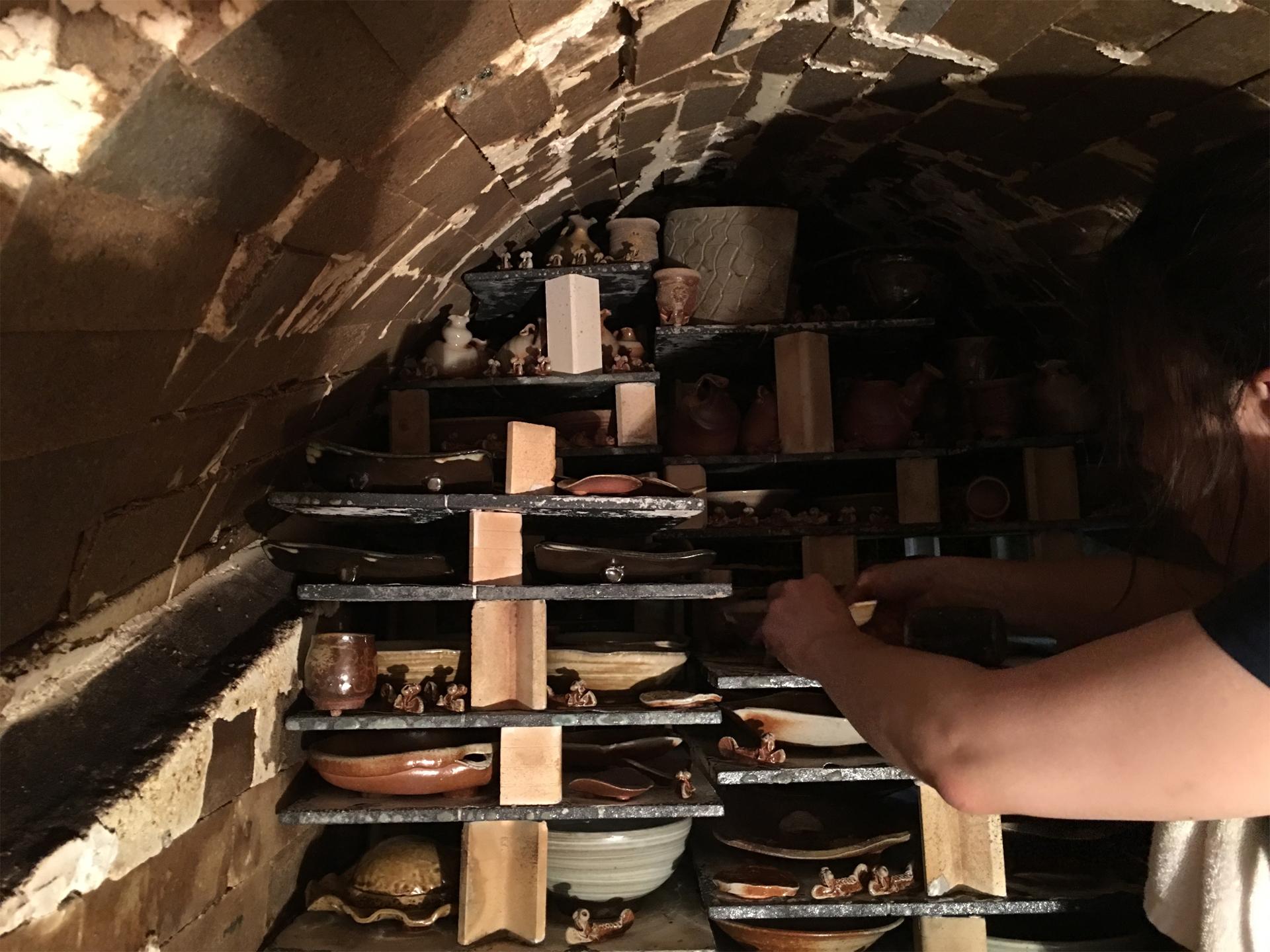 窯の中での窯出し作業