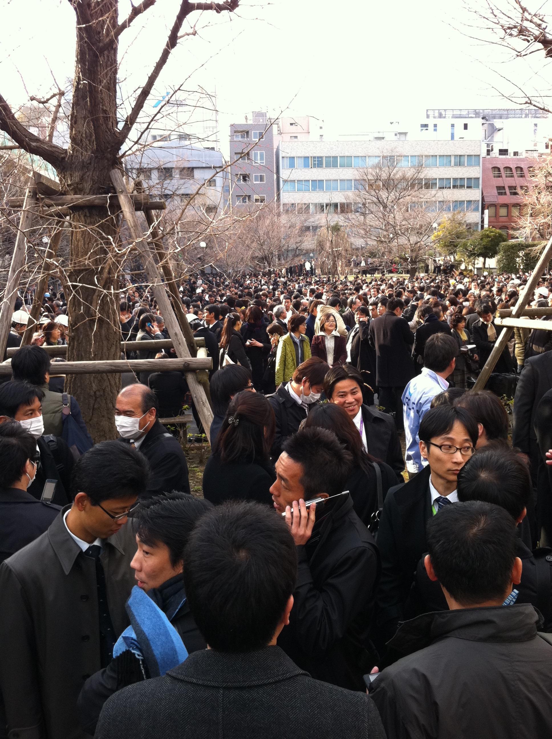 2011年(平成23年)3月11日(金)震災直後の避難場所の坂本町公園(東京都中央区日本橋兜町)の様子