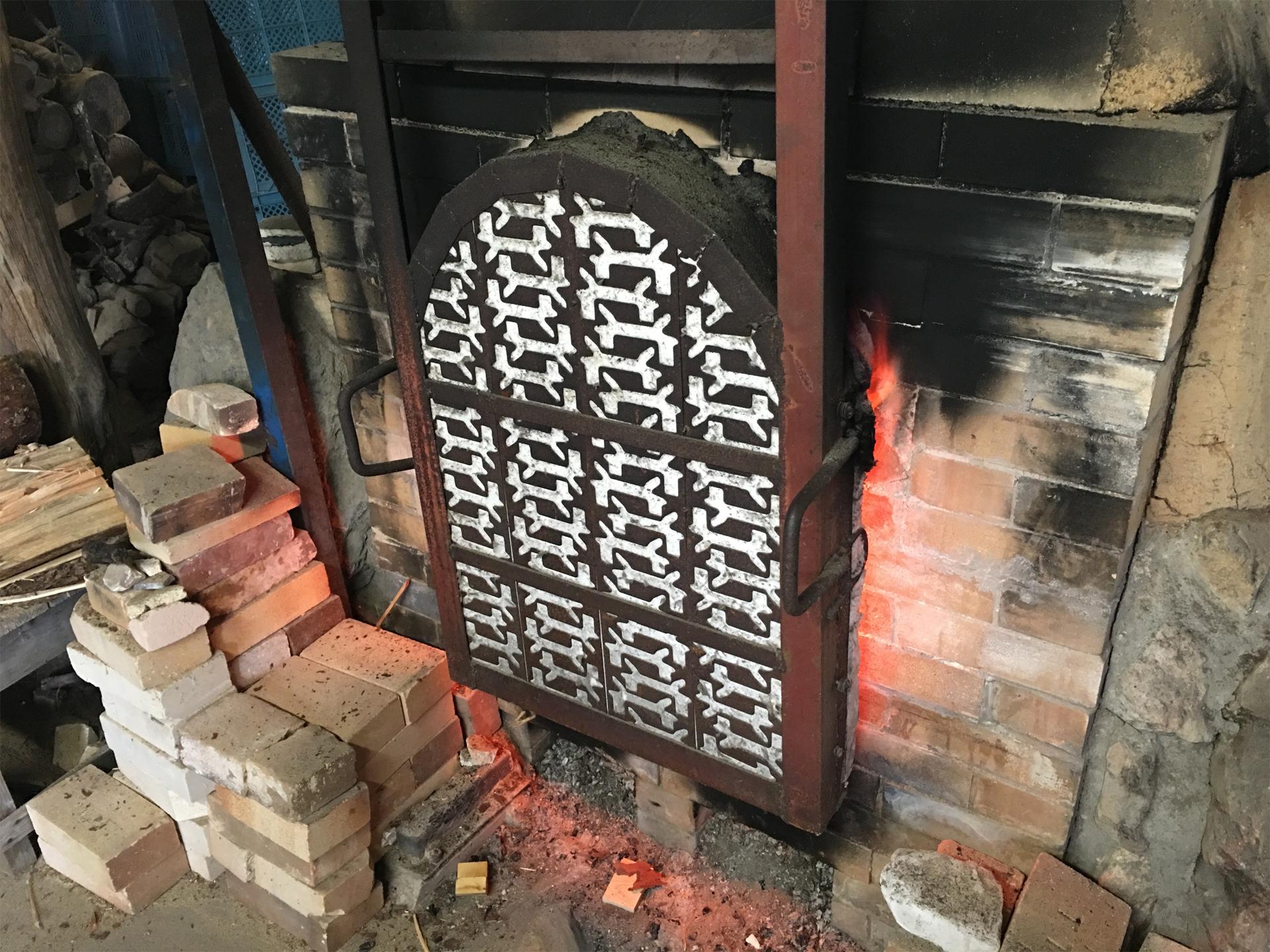 薪をくべる窯の重厚な扉