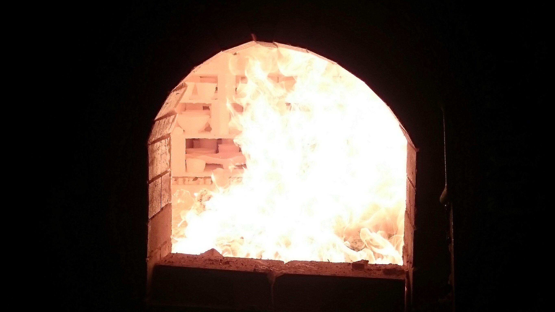 高温になり白くなる窯の火