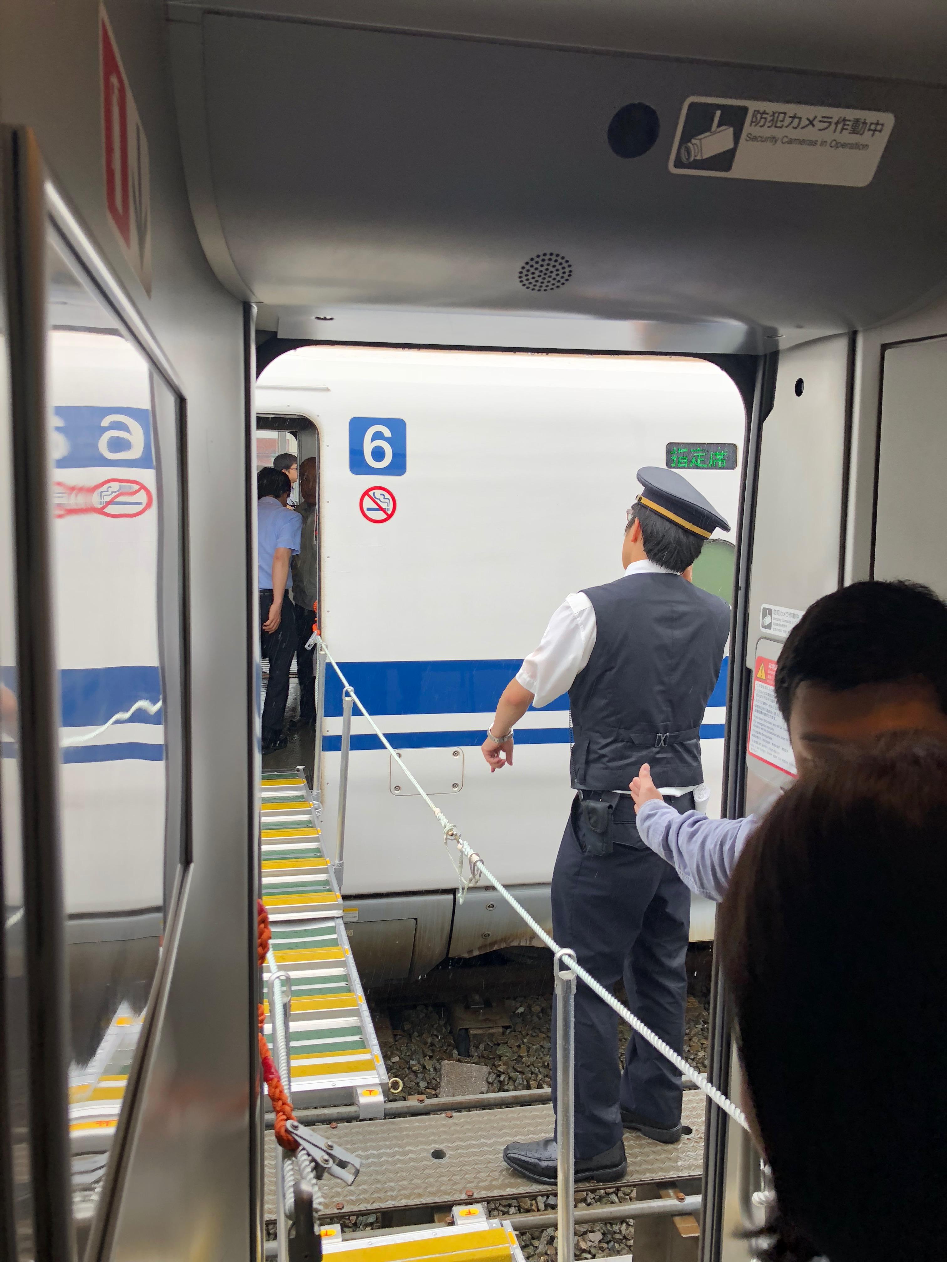 2018/6/18(月)7時58分頃発生した大阪地震で新幹線を連結し橋桁でホームへ